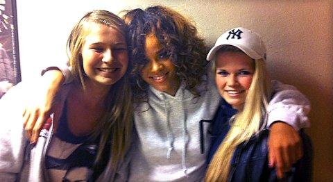 Helene Finsås (t.v.) og venninnen Rebecca Aagotnes (begge 14 år) fikk møte sitt store idol, Rihanna, etter konserten torsdag.