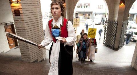 Gudrun Folkedal er én av hardangeraksjonistene som ble tiltalt, Her er hun på vei inn i tinghuset i Bergen (07.09.2011).
