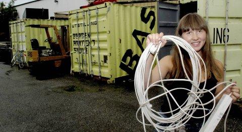 Karianne Sværen (24) rydder i to års opp- og nedturer fra lagerplassen i containeren sin.