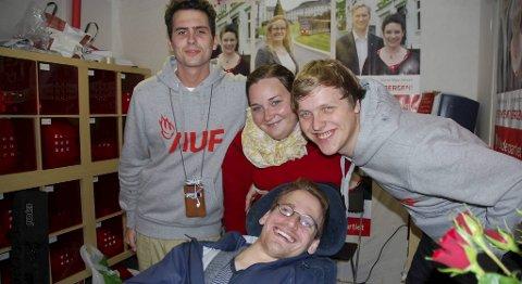 Kjetil Vevle (23), Siw-Anita Lien (27), Åsmund Aukrust (26) og Jørgen Lien (26) i Arbeiderpartiets valgbod gjorde sitt ytterste for å sanke stemmer.