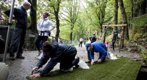 Inngangsporten til Stoltzen dekkes med kunstgressmatter.