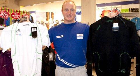 Andreas Veberg i Intersport Oasen selger Løv-Ham-drakter til sterkt rabatterte priser (29.09.2011).