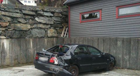 Bil med baby trillet utfor muren i Holmedalen på Askøy (03.10.2011).