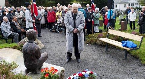 MARKERING: Det var en verdig og fin markering da Birger Rådal, leder for Minneforeningen, åpnet en ny minnelund for de omkomne etter bombingen av Holen skole.