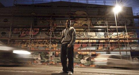 Kurator og grafittimaler Dilom før åpningen av veggen på Sentralbadet torsdag ettermiddag.