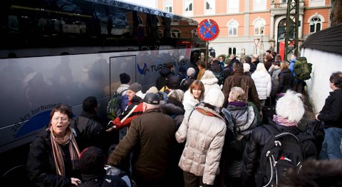 Det er ingen køordning, og folk presser seg inn på bussene, sier en frustrert passasjer.