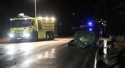 En ung mann døde i en trafikkulykke i Eikangervåg natt til første nyttårsdag.