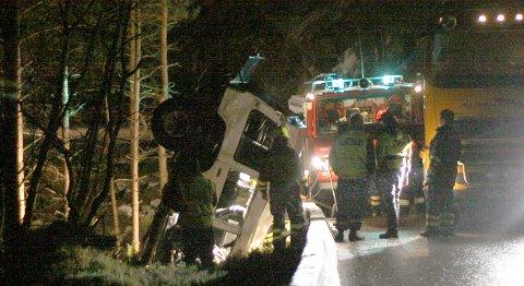 Den 18 år gamle mannen fra Sotra satt fastklemt og døde etter at bilen han var passasjer i havnet i sjøen i Austevoll.