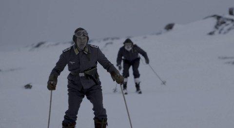 Rupert Grint (i bakgrunnen på ski) kommer til Norge i starten av mars for å promotere «Into the white».