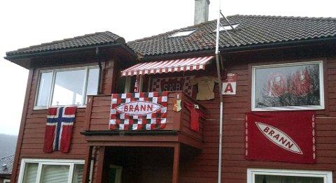 Leiligheten til Jens Kristian Pedersen i Gimleveien er ferdig pyntet til årets første hjemmekamp på Stadion fredag.