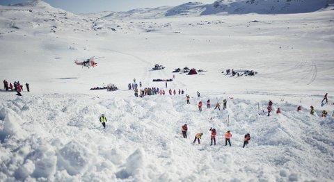 Hektisk aktivitet ved Finsevann under Finsekursene 2012. Flere nødetater var involvert, blant andre Forsvaret, med et Sea King-helikopter.