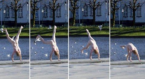 En naken mann sto på hendene på Festplassen. Bildene er tatt rundt klokken kvart over fire om ettermiddagen.