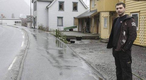 Her står Lukasz Michal Wrazen foran sin ulovlige oppførte innkjørsel. I bakgrunnen er naboens lovlige parkeringsplass. ? Urettferdig, mener han.