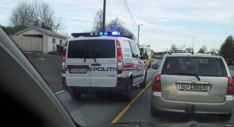 Trafikken står etter en bilulykke på Knappskog på Sotra onsdag morgen.