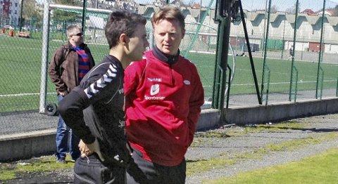 Erdin Demir, her i samtale med Rune Skarsfjord etter treningen mandag, håper cupkampen mot Bjarg kan løse litt opp på stemningen i Brann-leiren.  MMS-FOTO: JAN GUNNAR KOLSTAD