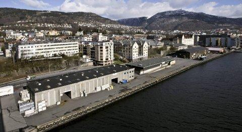 En moped ble dumpet i sjøen fra Møhlenpriskaien tirsdag kveld. (Arkivfoto)