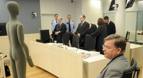 Rettsmedisiner, professor Torleiv Ole Rognum brukte en dukke til demonstrasjon av obduksjon under sin vitneforklaring. Her sammen med Anders Behring Breivik og Geir Lippestad.