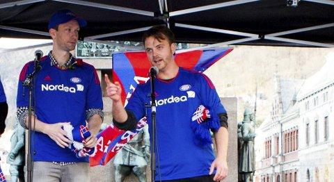 Sturle Pedersen og Markus Gaupås Johansen fra humornettstedet 5080.no, her iført VIF-drakter for å terge Brann-tilhengere på Torgallmenningen i forrige måned.