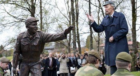 Joachim H. Rønneberg under avdukingen av Fredrik Kayser monument på Storetveitmarken.