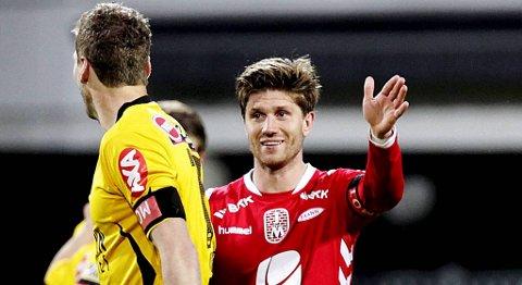Erik Mjelde slår ut med hendene etter den merkelige situasjonen hvor han scorer mens han egentlig skulle spille ballen i Lillestrøms keeper.