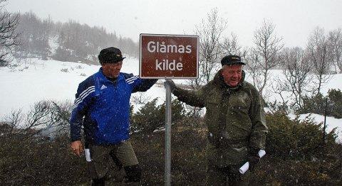 Glåmas kilde er slett ikke Aursunden, som barnelærdommen tilsier, men den lille, snødekte tjønna bak Tydals-ordfører John Paulsby (til venstre) og Røros-ordfører Hans Vintervold.