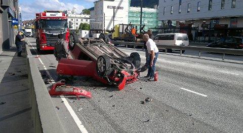 Denne personbilen gikk rundt ved krysset på Danmarks plass fredag formiddag.