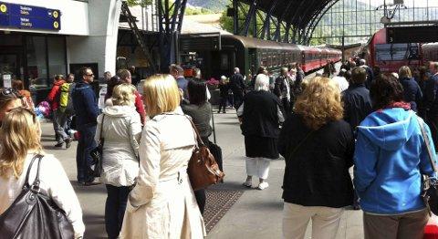 Det var mange passasjerer på togstasjonen i Bergen fredag ettermiddag.