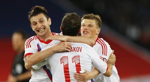 Vi satser på Russland-seier i åpningskampen mot Tsjekkia. Her jubler Aleksandr Kerzhakov sammen med Andrey Arshavin og Alan Dzagoev etter scoring mot Italia 1. juni.