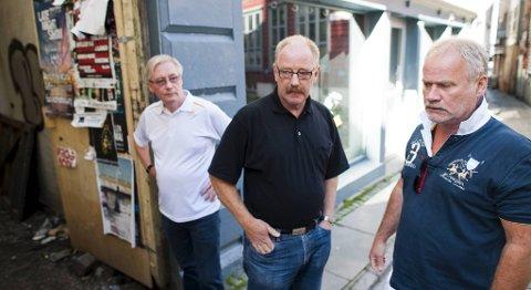 Fra venstre: Daglig leder Tore Sagstad, eier Bjørn Hanevik og restaurantsjef Kjell Gunnar Myhre i  Harbour Café og Scruffy Murphy fortviler etter at kommunen stakk av med alle avfallsbeholderne deres.