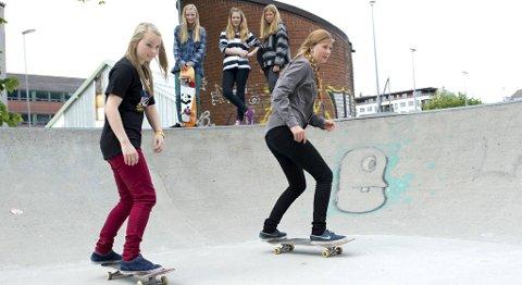 -Skating er sosialt, sier Frida Steinbakk (17, t.h) som synes Fysakhallen burde vært åpen. Her er hun i farten sammen med Trine Leganger (16). Bak ser vi Solveig Sanden Døskeland (17), Idunn Holmefjord (14) og Susanne Brandt Røssevold (18).