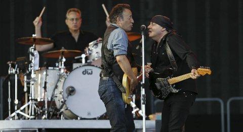 Springsteen sammen med Little Steven under konserten på Valle Hovin i går.