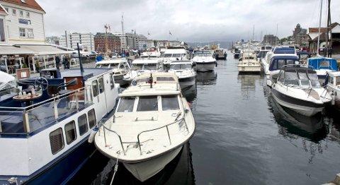 Stappfullt av båter inne ved Zachariasbryggen rundt klokken 1700 mandag.