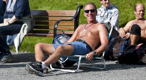 NYTER VÆRET: Peter Walach (58) bruker ventetiden før konserten til å slikke sol.