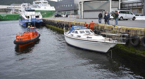 Tre briter måtte reddes fra denne båten etter at de sendte ut nødsignal natt til tirsdag. Masten var brukket, og politiet fryktet en stund at båten skulle synke. Tirsdag kveld kom den frem til Bergen.
