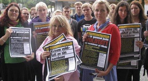 r Anna Kathrine Eltvik og Åshild Austegard (foran) arrangerte mandag plakataksjon mot relasjonsvoldtekt.