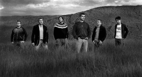 Odd-Erik Lothe slipper soloplate med bandet Torbjørn Ellingsen (f.v.), Ståle S. Wick, Halvor Folgerø, Lothe, Jan Erik Reknes og Tor Bjarne Bjelland.