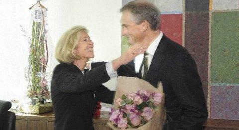 Jonas Gahr Støre fikk overrakt en symbolsk nøkkel til sitt nye kontor fra tidligere helseminister Anne-Grete Strøm-Erichsen.
