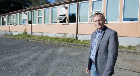 Rektor Ola Gaukstad  vurderer å stenge deler av  Varden skole fordi barn blir syke av inneklimaet.