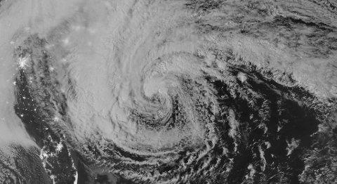 Selv om ikke Sandy er blant de aller kraftigste orkanene målt etter vindstyrke, er uværet eksepsjonelt stort. Områder fra Sør-Carolina til Canada er berørt, og meteorologer tror orkanen kan bli den største som noen gang har truffet USA.