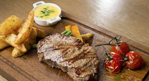 Her serveres en ytrefilet på 220 gram på FG Restaurant & Bar. Du får biffen på et trebrett.