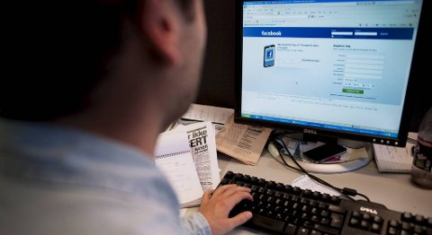 Forbrukerombudet mener reklame på Facebook må omfattes av samme regelverk som gjelder for reklame formidlet direkte per epost og tekstmeldinger. Det er ikke lovlig med mindre mottakeren har samtykket i det (illustrasjonsfoto).