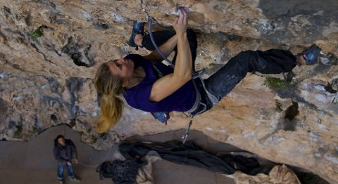 Hannah Midtbø har bodd i Spania og trent utallige timer i veggen La Novena Puerta. Torsdag klarte hun veggen som første kvinne i norden.