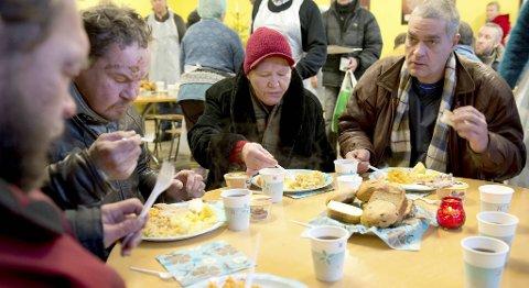 Ved suppekjøkkenet i den fattige bydelen Kopli får de fattige mat tre ganger i uken. Da Juleflyet var der, fikk de besøkende julemat.