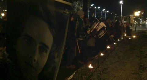Venner og familie går i fakkeltog for savnede Per Kristian Slåttli fredag ettermiddag.