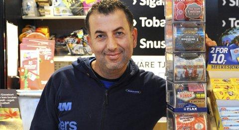 Skrapesyke: Mehmet Aydin selger metervis med Flax-lodd i julen. ? Vi selger mye mer av disse produktene nå. Det er mange som gir slike lodd i gave, sier han.