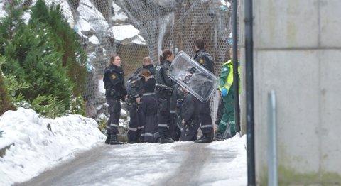 Politiet har sperret av området utenfor boligblokken.