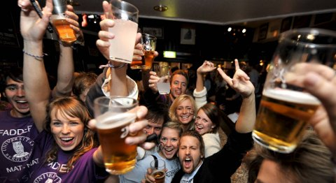 Universitetesledelsen vil øke innsatsen for å begrense alkoholbruken i forbindelse med fadderperioden. Torsdag skal fadderuken opp til diskusjon i universitetsstyret. (Arkivfoto)