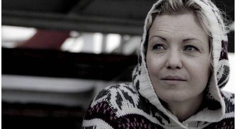 -Du kan stå på ski og hoppe i fallskjerm selv om du er gravid, sier Kari Traa. Hun gjør nettopp det i Oppdrag Nord-Norge på NRK.