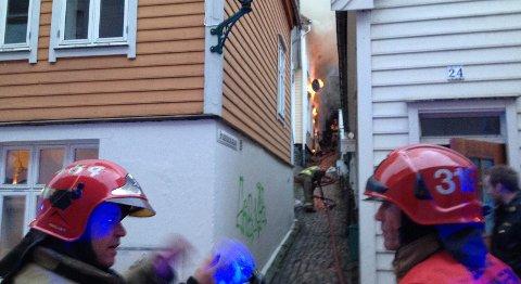 Flammene sto ut av veggen og vinduene på huset i Bredenbecksmauet.