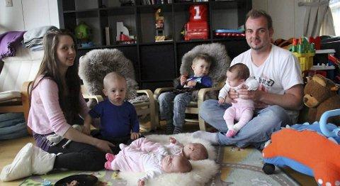 Camilla Hilmen, Willy (1 1/2), Tord (3), Kenny Hilmen, Iris, Vera og Anne er samlet på stuegulvet. - Vi er utrolig heldige som har fem friske barn, sier mamma Camilla.